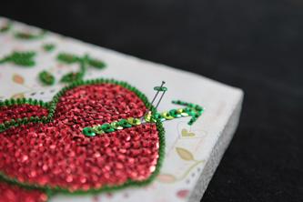 Detall del joc Pin Art. que es basa en fer dibuixos amb agulles i lluentons