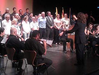 Imatge final de l'acte amb els participants i alcaldes de l'AMI a l'escenari.