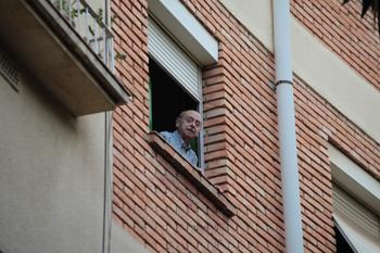Agustí Escolà, a la finestra de casa seva.