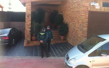 Agents davant el domicili de Prat