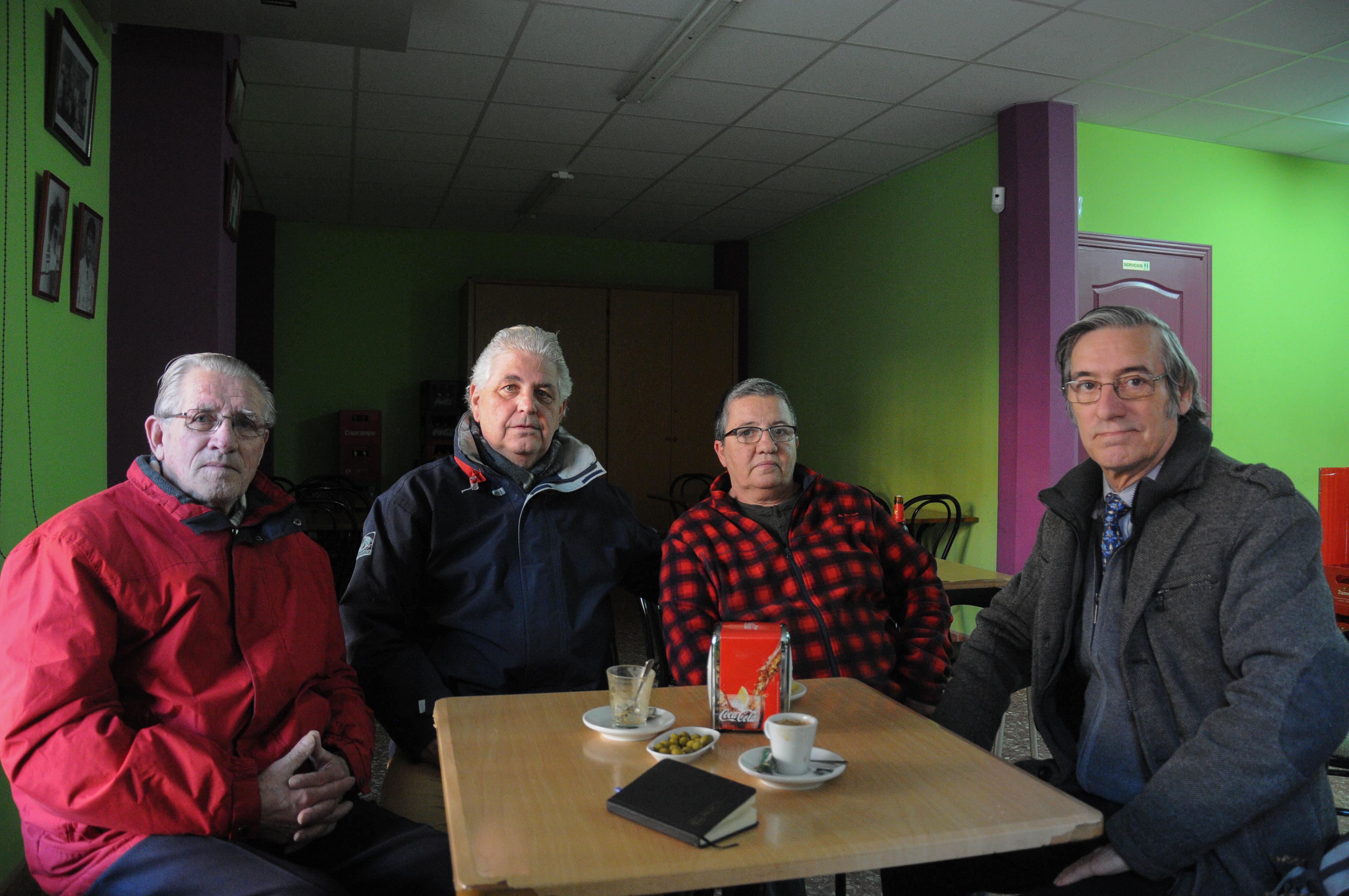D'esquerra a dreta, Agustí Laguarda, Antoni Montoya, Esther Porter i Santiago Juan, al bar que hi ha al pati interior que formen els blocs Bofill.