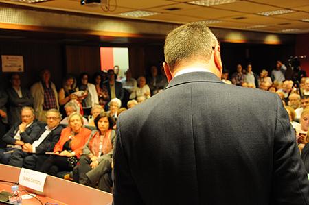 La sala d'actes dela Cambra, plena de gom a gom per escoltar Carles Pellicer