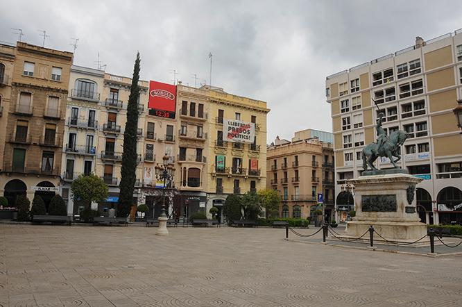 Plaça Prim, a les 12:38 del dimarts, 17 de març