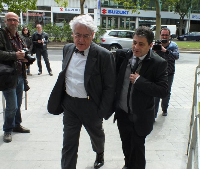 Carles Salas, a la dreta, entrant al jutjat.