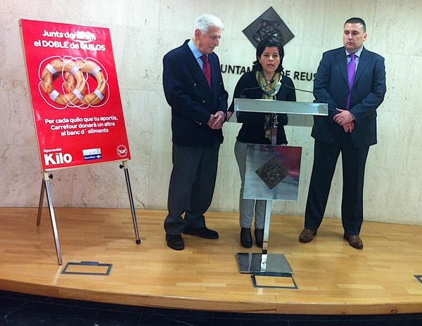 La regidora Montserrat Vilella acompanyada de Pedro Ormazábal i Carlos Gea, avui a l'Ajuntament de Reus.