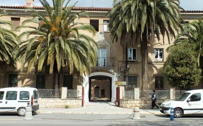 Una imatge d'aquest matí de l'entrada de la Caserna de la Guàrdia Civil al Passeig Mata de Reus.