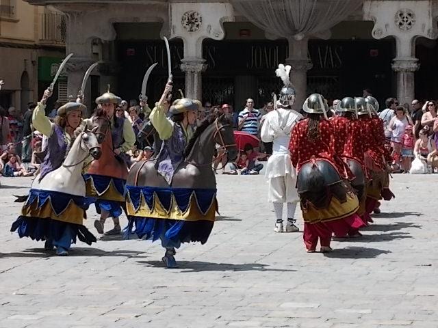 El ball de Cavallets ballen a la plaça del Mercadal.