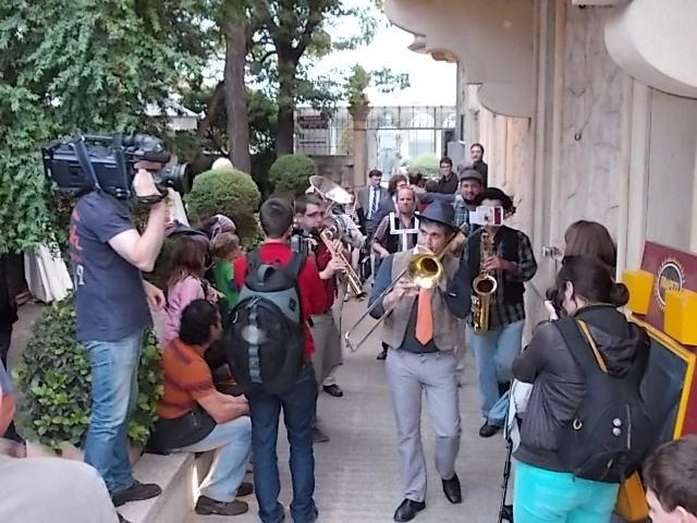 Els músics d'Insonora van intentar animar una mica la inauguració oficial del Trapezi.