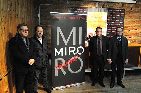D'esquerra a dreta: Joaquim Sorio, regidor de Cultura; Joan Tapies, promotor del museu del Vermut, i els representants de Vermuts Miró, Carles Prats i Pere Miró.