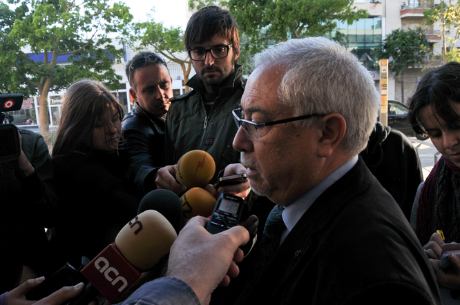 Lluís MIquel Pérez, parlant amb els periodistes a la sortida de la seva declaració judicial.