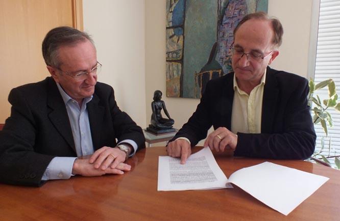 Alfred Guarch, familiar del client de l'entitat, acompanyat pel seu advocat, Josep M. Pujol, llegint la sentència.