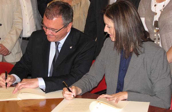 Carles Pellicer i Alicia Alegret, el dia que van signar el pacte de govern entre CiU i PP.