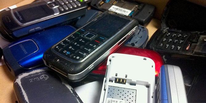 Una imatge de telèfons mòbils guardats a l'Oficina d'Objectes Perduts de Reus.