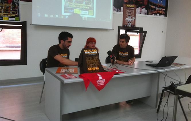 Pau Morales, de la Junta dels Xiquets, Cori Torroja, d'Òmnioum CUltural, i Jordi Guarque, cap de Colla.