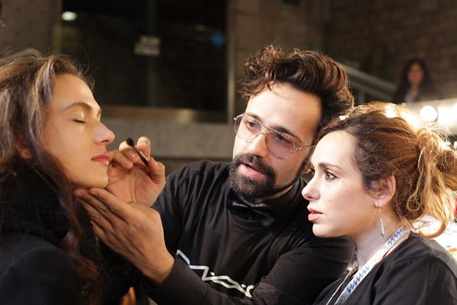 El reusenc Baltasar González, treballant al backstage de la 080 Fashion Week de Barcelona (Foto:Xavi Jurio)