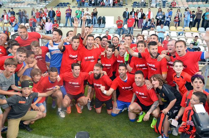 Celebració de l'ascens (foto: @cfreusdeportiu)