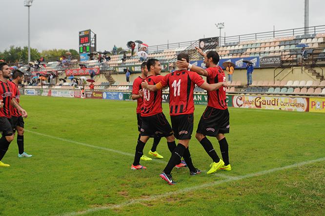 Els jugadors del CF Reus Deportiu han pogut tornar a celebrar una victòria. (Foto: Arxiu NW)