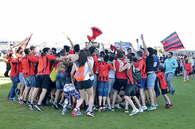 Al final del partit, el públic va voler felicitar els jugadors baixant a la gespa de l'estadi. (Foto: Reus Deportiu)