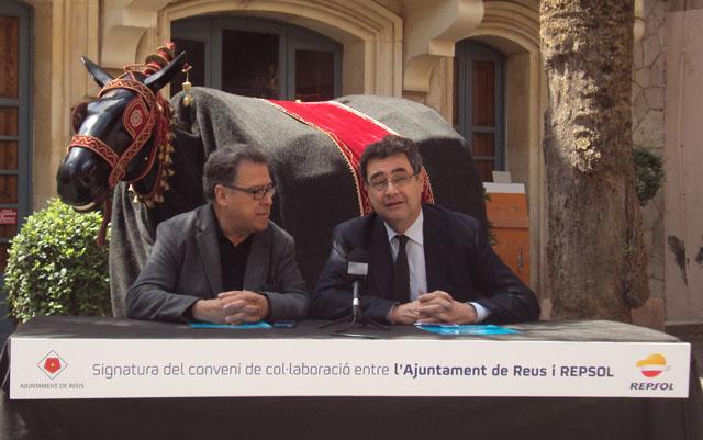 Joaquim Sorio i Joan Pedrerol, davant la figura de La Mulassa en el moment de signar el conveni.