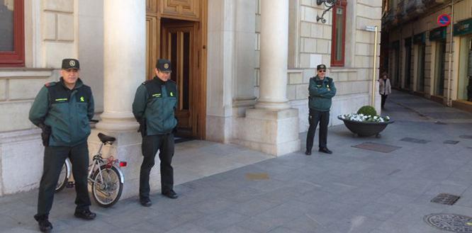 La Guàrdia Civil, davant de l'Ajuntament el 28 d'abril passat. L'escena s'ha repetit aquest divendres en d'altres dependències municipals.