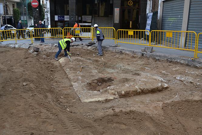 Part de la base de la muralla medieval localitzada a la Plaça de Catalunya