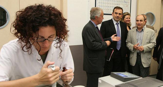 Joaquim Barriach, primer per la dreta, en una visita a Shirota de l'ex secretari general d'Innovació del Ministerio de Ciencia y Tecnología.