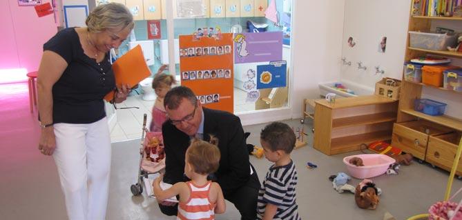 L'Alcalde Carles Pellicer i la regidora d'Ensenyament, M. Dolors Sardà en una visita a l'escola bressol l'Olivera