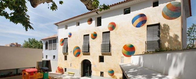 El Mas Pintat està situat al carrer Abat Escarré, número 11.