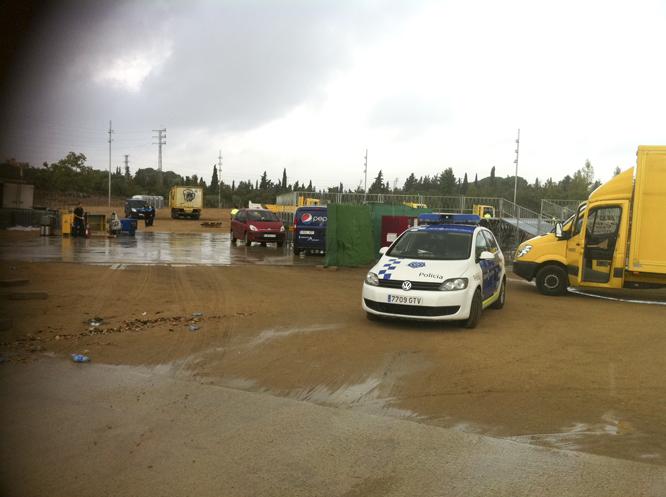 El Parc de la Festa, aquest matí. Treballadors municipals desmutaven la infraestructura prevista pel concert-