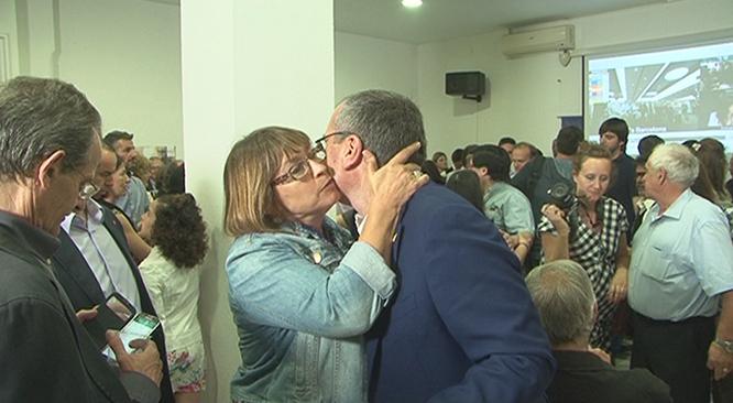 Carles Pellicer, rebent felicitacions com a guanyador de les eleccions.
