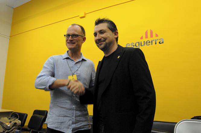 Àlfred Pitarch i David Llambrich encaixen després de conèixer el resultat de les primàries en què es van enfrontar l'octubre de 2013. (Arxiu)