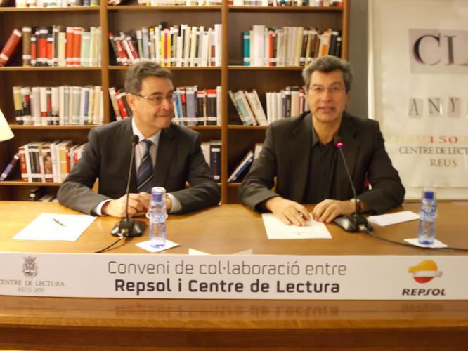 Joan Pedrerol i Xaiver Filella han signat aquest dilluns, en la biblioteca del Centre de Lectura, el conveni de col·laboració.
