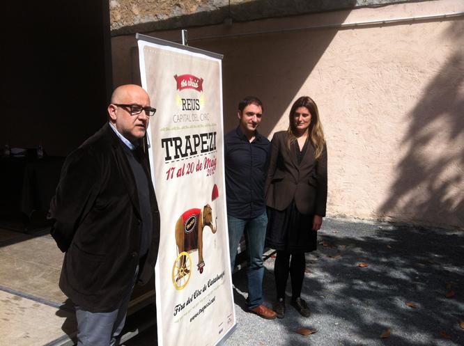 Ferran Madico (esquerra), Jordi Gaspar (centre) i Adela Beltran, al costat del cartell del Trapezi