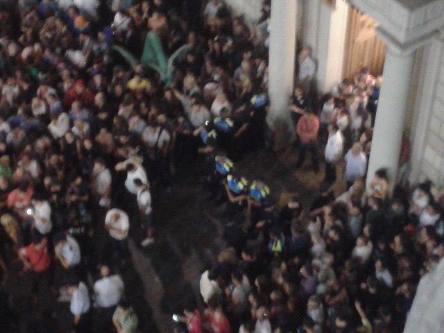 Moment en que la comitiva d'autoritats es disposava a entrat a l'Ajuntament de Reus, al tornar de Completes.
