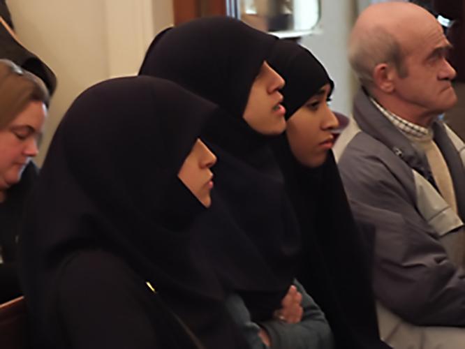 Un grup de noies musulmanes assistens al ple en el que es va aprovar l'ordenança del burca.